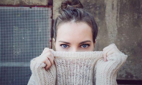 Moda, il volto sorridente nasconde le rughe